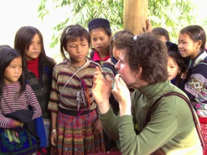 Mong children can talk to foreigner